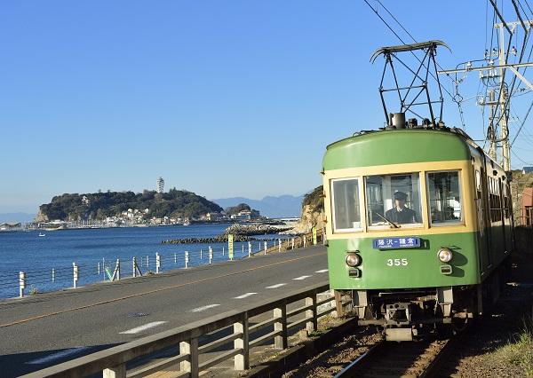 (江ノ電)海と電車.jpg